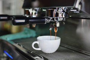 تشغيل ماكينة قهوة ديلونجي  إذا كنت من محبي القهوة وجميع أنواع الإسبريسو وتبحث عن آلة بسيطة وسهلة الاستخدام بكفاءة عالية وبسعر منخفض في نفس الوقت، فأنت الآن في المكان المناسب، تعتبر آلة DeLonghi Dedka من أفضل الآلات المتوفرة اليوم لما تتمتع به من ميزات وجودة ممتازة مقارنة بحجمها وسعرها البسيط، لذا يمكن استخدامها في أي مكان وبكل سهولة. سنعرض في هذا المقال معلومات حول تشغيل ماكينة قهوة ديلونجي وذلك من خلال مدونة عنكبوت.  مميزات ماكينة قهوة ديلونجي  تقدم DeLonghi مجموعة كبيرة من ماكينات القهوة التي تختلف في المزايا والعيوب، وفي السطور التالية نبحث عن أبرز هذه العيوب في الموديلات المختلفة بالإضافة إلى أهم الميزات التي يمكن العثور عليها في أحد الطرازات أو جميعها.  فترة ضمان مناسبة تصل إلى عامين، مما يمنح المستخدمين ثقة أكبر في جودة التصنيع. مقاومة للصدأ والتآكل حيث أنها مصنوعة من الفولاذ المقاوم للصدأ والتآكل والبلاستيك القوي حسب الموديل. من بين ميزات آلة القهوة DeLonghi أنها تحتوي على نظام إيقاف التشغيل التلقائي وإبريق الحليب وغلاية. قهوة نقية مصفاة لأن ديلونجي تحتوي أيضًا على فلترين للفنجان وحامل أكواب رغوة حليب مثالية مع فوهة مخصصة لصنع رغوة الحليب وصينية قابلة للإزالة. القدرة على فصل خزان المياه بسهولة دون مضاعفات. دورق كبير بسعة أكثر من 1 لتر، لأنه يمكنك تحضير 4 أكواب من الإسبريسو الطازج في المرة الواحدة، وفي بعض الحالات حتى 15 كوبًا. فلتر كربوني، فلتر متقدم يعمل على تنقية المياه مما يضمن قهوة نظيفة ومفلترة دون عناء بالنسبة للمياه المفلترة، وبعض الأنواع مجهزة بثلاث فلاتر قابلة للفك مصنوعة من الستانلس ستيل. يمكنك العمل مع البن المطحون كما توجد أنواع تعمل مع كبسولات ESE. نظام تحضير كابتشينو يتم فيه مزج الهواء والبخار والحليب معًا لتكوين رغوة كريمية غنية تغطي الكابتشينو المثالي. يمنع الفلتر الورقي على شكل حرف V المتضمن في بعض الطرازات تراكم الرواسب ويجعل الجهاز سهل التنظيف. عوامل الأمان، حيث يساعد الإبريق الزجاجي المقاوم للحرارة والمزود بمعيار قياس الماء على سكب الكمية المناسبة من الماء للحصول على المذاق المطلوب. يمنع واقي الأمان الموجود بالجهاز فتحه عن طريق الخطأ. متعدد الاستخدامات لأنه يقدم 3 أنواع من المشروبات الإسبريسو والكابتشينو واللاتيه. أنبوب البخار، وهو جزء خاص